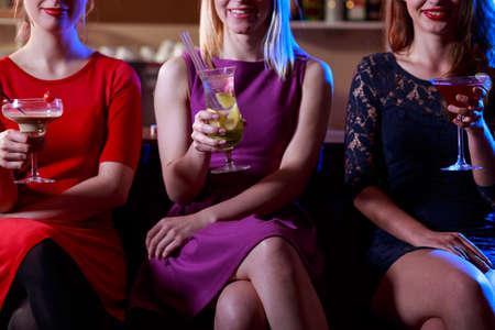 mujeres elegantes: Mujeres elegantes jóvenes con bebidas en el bar Foto de archivo