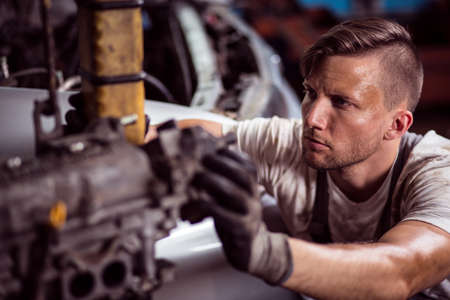 trabajando duro: Primer plano de la fuerza de trabajo mecánico sucio sudoroso