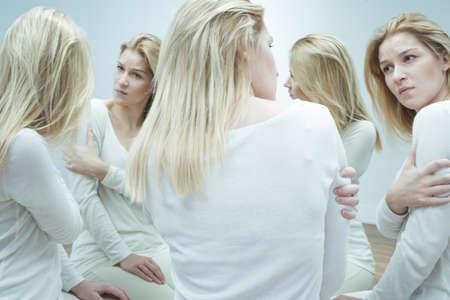 esquizofrenia: Niña enferma Inseguro tener un problema con la identidad