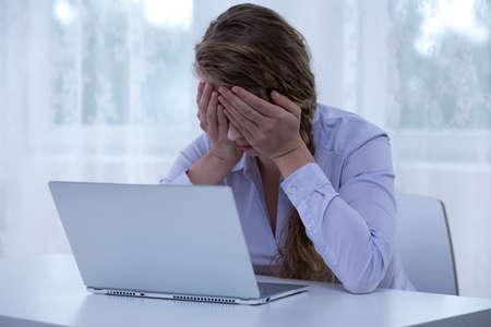 Afbeelding van wanhoop vrouwelijke cyberpesten slachtoffer die ogen