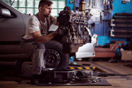 Silne brudne mechanik wyciągnięciu silnika z samochodu