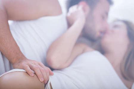 baiser amoureux: Image d'un couple marié en amour amusant Banque d'images