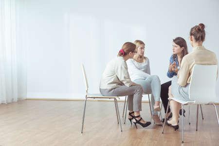 terapia grupal: Cuatro mujeres que hablan en grupo acerca de los problemas