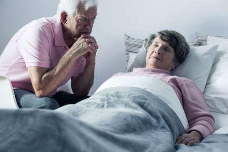 enfermo: Imagen de marido y mujer mortalmente enfermo en cuidados paliativos