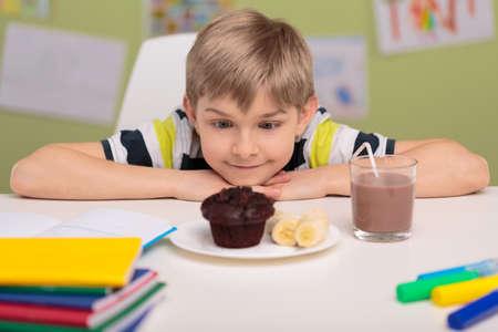 magdalenas: Imagen de la niña cariñosa dulce comida chatarra poco saludable