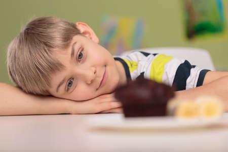 magdalenas: Fotografía de un niño pequeño adicto a los dulces insalubres