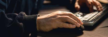 klawiatury: Zamknij się człowiek za pomocą myszy komputerowej i klawiatury Zdjęcie Seryjne