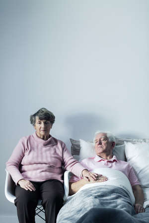 enfermo: Imagen buena esposa apoyar ancianos mortalmente enfermo marido Foto de archivo