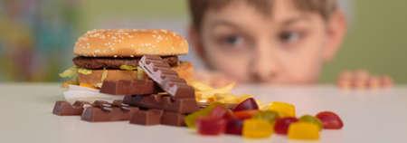 소년과 건강에 해로운 쓰레기 음식의 파노라마