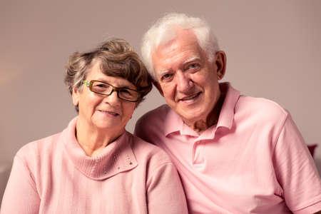 Imagen de una pareja casada mayor apoyo mutuo