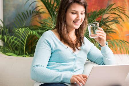 dieta sana: Foto de la muchacha feliz calmar la sed con agua