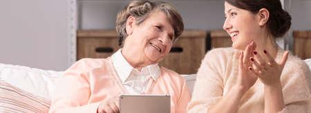 古い幸せな女と新しい無線技術 写真素材