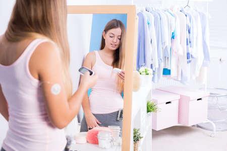 Schoonheid van de jonge vrouw met diabetes type 1