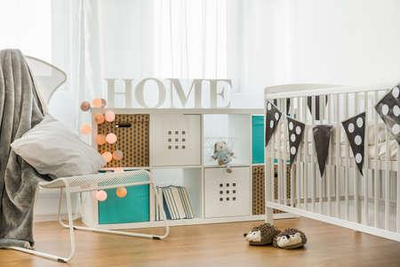 ecole maternelle: Berceau et commode dans la chambre confortable b�b�