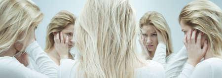 esquizofrenia: Mujer joven y bonita sufre de esquizofrenia