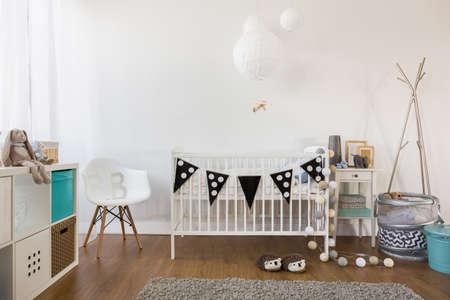 bebes: Vista horizontal de la decoración de la habitación del bebé acogedora