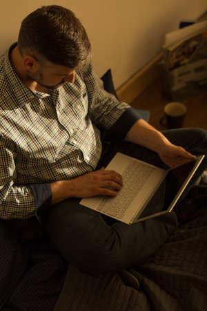 trabajando en casa: Hombre maduro de trabajo en la computadora portátil en casa