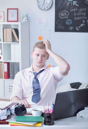 trabajando duro: Imagen de estudiante con exceso de trabajo durante los exámenes de trabajo duro Foto de archivo