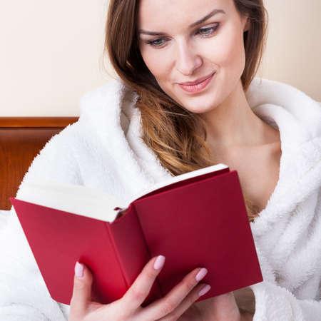 personas leyendo: Tiempo para relajarse con un libro en la cama