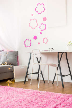 colegiala: Vertical view of white desk in girls room
