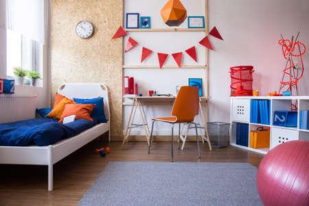 새로운 아이의 침실과 공부방 조합의 이미지 스톡 콘텐츠