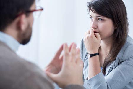 estrés: Imagen de la mujer hizo hincapié durante la reunión entrenador personal wuth