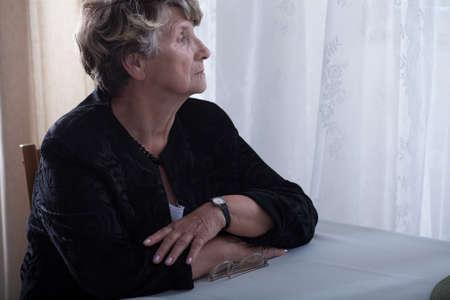 Foto van ouderen eenzame weduwe vermiste dode dicht persoon