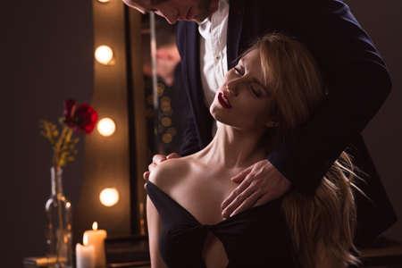 Cuadro del hombre acariciando su bella amante rubia Foto de archivo