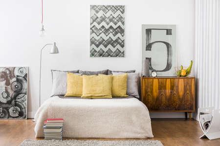 明るい居心地の良いベッドルームのインテリアの水平方向のビュー 写真素材 - 50589291