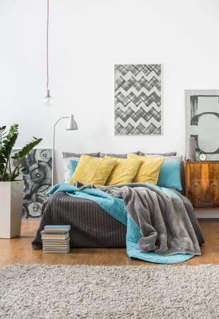 モダンなスタイルで居心地の良いベッドルームの写真