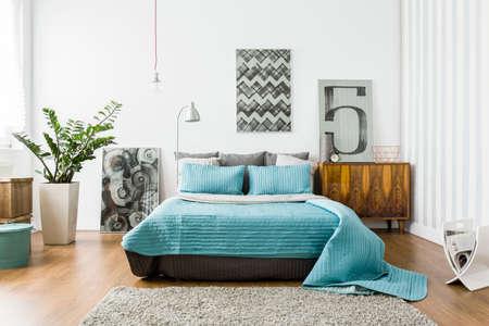 モダンなデザインの居心地の良いベッドルームを間します。 写真素材