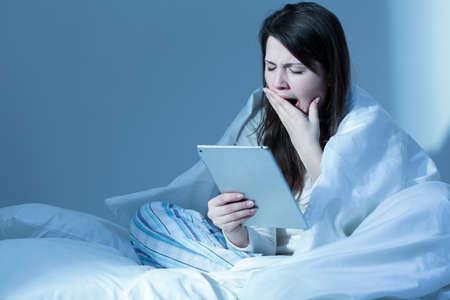 Vermoeide vrouw met slapeloosheid gapende in de ochtend Stockfoto