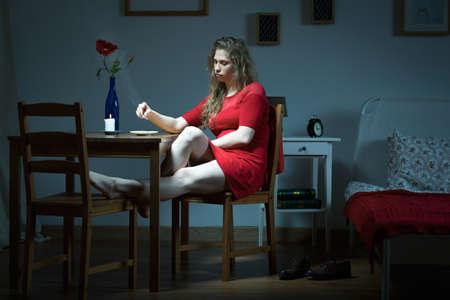 soledad: Foto panorámica de la infeliz mujer sentada sola en la nueva casa