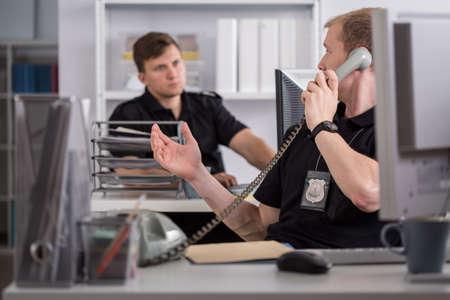 pracoviště: Obraz policisty mluvil po telefonu