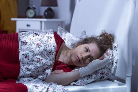 enfermo: Foto horizontal de una mujer dejó solo después del accidente