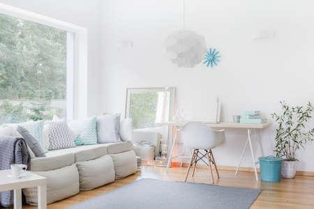 Immagine di ampio appartamento in stile moderno con mobili di luce