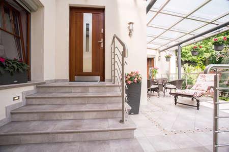 fachada: Primer plano de la entrada a la casa unifamiliar elegante Foto de archivo