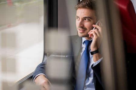 Beeld van de elegante mens tijdens zakenreis Stockfoto