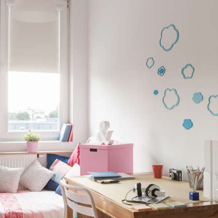 room decor: Space for learning and sleeping in teen room