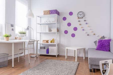 Mädchenzimmer - hell und gemütlich lila Innen Standard-Bild - 51074001