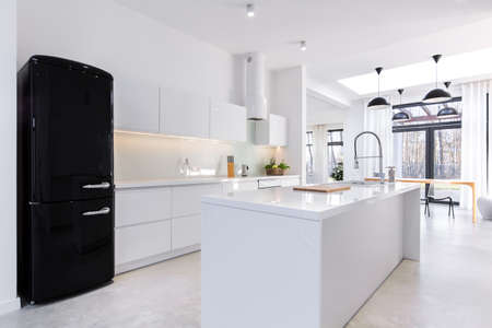 집에있는 현대 빛 부엌 스톡 콘텐츠