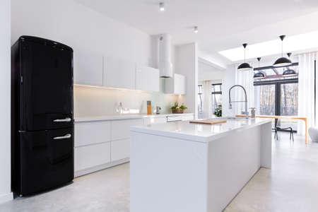 Moderne en lichte keuken in het huis Stockfoto