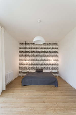 snug: Big bed in spacious and light bedroom