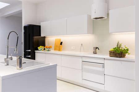 caja fuerte: Cocina est�ril y la luz en la casa Foto de archivo