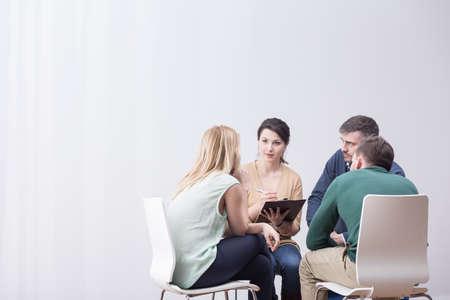 Während der Gruppentherapie Menschen im Kreis sitzen Standard-Bild - 51079714