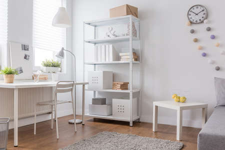 Weiß minimalistisches Design in der modernen Home-Office Standard-Bild - 51171913