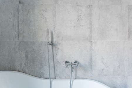 tasteful: Concrete wall in modern and tasteful bathroom