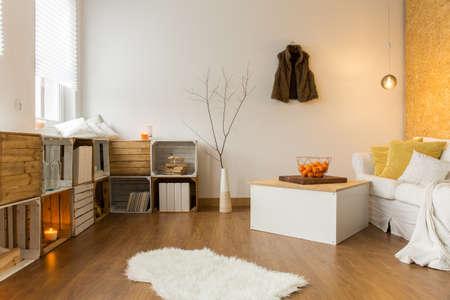 Modern tervezett, tágas nappali őszi dekoráció