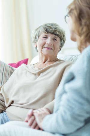 persona de la tercera edad: El apoyo a la mujer mayor de su cuidador