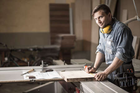 trabajando en casa: Vista horizontal del hombre que trabaja en el taller de carpinter�a privada Foto de archivo